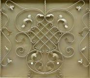 金黄金属门的纹理有伪造的金属的一个美好的花卉样式的 免版税库存图片