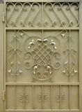 金黄金属门的纹理有伪造的阶的一个美好的花卉样式的 免版税库存照片