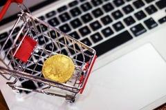 金黄金属Bitcoin隐藏货币投资符号块 免版税库存照片
