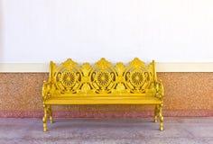 金黄铁长凳 库存图片