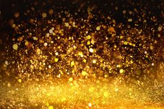 金黄闪烁纹理Colorfull弄脏了生日、周年、婚礼、除夕或者圣诞节的抽象背景 免版税库存照片