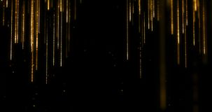 金黄闪烁闪闪发光微粒放出流动从上面和下来在黑背景、金子圣诞节和新年好的bokeh 股票视频
