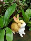 金黄陶瓷兔子 免版税库存照片