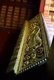 金黄雕象壁画和雕刻在琅勃拉邦老挝佛教寺庙  库存图片