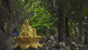 金黄雕象神Hotei室外的Budai 幸福、通信、乐趣和繁荣的七个神之一在日文 股票录像