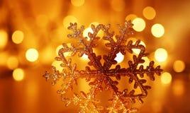 金黄雪花圣诞树装饰 库存图片