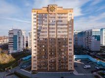 金黄颜色高现代豪华房子与一个方向盘o的 免版税库存照片