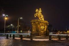 金黄马` Goldener Reiter `, 8月雕象强在德累斯顿在晚上,萨克森,德国 库存图片