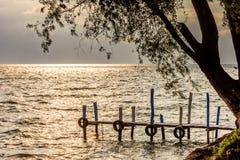 金黄黄昏光的湖Atitlan,危地马拉 库存照片