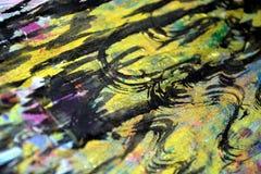 金黄黑暗的通报飞溅,五颜六色的生动的蜡状的颜色,对比创造性的背景 免版税库存图片