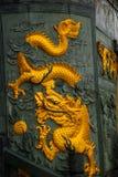 金黄龙带状装饰图阿Pek孔中国人寺庙 民都鲁市,婆罗洲,沙捞越,马来西亚 免版税库存图片