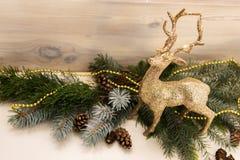 金黄,在锦的圣诞节驯鹿 圣诞节装饰装饰新家庭想法 免版税库存照片