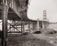 金黄3座桥梁的门 库存照片