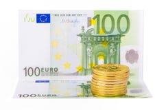 金黄bitcoin和100在白色隔绝的欧元钞票 免版税库存照片