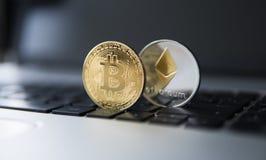 金黄bitcoin和Ethereum硬币在膝上型计算机 在计算机黑色键盘的隐藏货币 数字式货币 虚拟 库存图片