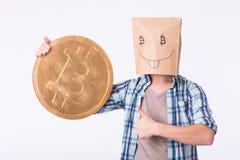 金黄Bitcoin在一只滑稽的人手上,新的真正货币的Digitall标志 免版税库存图片