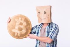 金黄Bitcoin在一只滑稽的人手上,新的真正货币的Digitall标志 库存照片