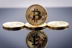 金黄bitcoin在与反射的黑暗的背景铸造 真正货币 隐藏货币 新的真正金钱 免版税库存图片