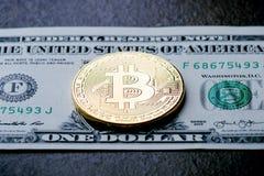 金黄bitcoin在纸美元金钱和黑暗的背景铸造与太阳 真正货币 隐藏货币 新的真正金钱 图库摄影