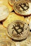 金黄Bitcoin堆  库存图片