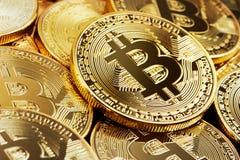 金黄Bitcoin堆  库存照片