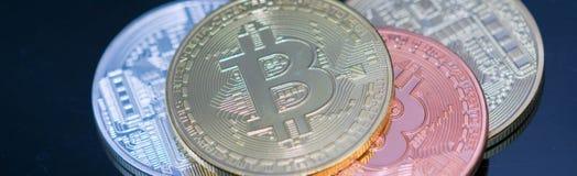 金黄Bitcoin硬币关闭与银色bitcoin和古铜bitcoin,特写镜头视图一起 库存照片