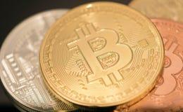 金黄Bitcoin硬币关闭与银色bitcoin和古铜bitcoin,特写镜头视图一起 免版税库存图片