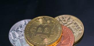 金黄Bitcoin硬币关闭与银色bitcoin和古铜bitcoin,特写镜头视图一起 库存图片