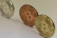 金黄Bitcoin硬币关闭与银色bitcoin和古铜bitcoin,特写镜头视图一起 免版税库存照片