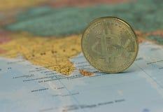 金黄Bitcoin硬币关闭有印度的被弄脏的背景 免版税库存图片