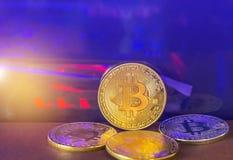 金黄bitcoin硬币和银bitcoin铸造与计算机处理器板背景光的数字式cryptocurrency  库存图片