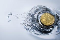 金黄bitcoin硬币有水飞溅隐藏货币背景 免版税图库摄影