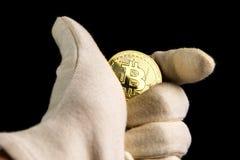 金黄bitcoin硬币特写镜头在黑背景的 库存图片