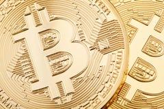 金黄Bitcoin背景,两枚硬币 库存照片