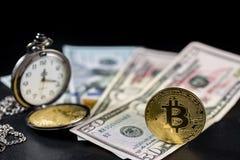金黄bitcoin身分和减速火箭的怀表在美元 免版税库存图片