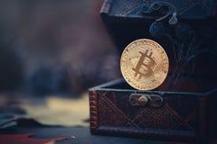 金黄Bitcoin 珍宝-神奇隐藏的货币 在黑暗的背景的老木箱真正金钱 温暖定调子 免版税图库摄影