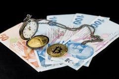 金黄bitcoins和怀表在土耳其里拉 图库摄影