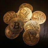 金黄bitcoins堆  免版税图库摄影
