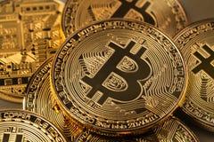 金黄bitcoins堆 免版税库存照片