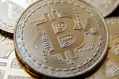 金黄Bitcoins 新的真正金钱 浅深度的域 库存图片