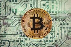 金黄bitcoyne 隐藏货币的概念 水平的顶视图特写镜头bitcoat堆金币背景纹理打印了c 图库摄影