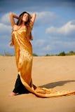 金黄cloack的女孩 免版税库存照片