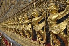 金黄Garuda行雕塑泰国 免版税库存图片