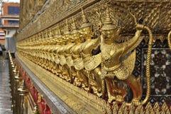 金黄Garuda雕塑泰国行 库存照片