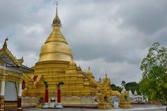金黄stupa Kuthodaw塔 曼德勒 缅甸 库存照片