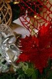 金,白色和红色圣诞树装饰 免版税图库摄影