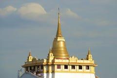金黄登上的古老佛教寺庙Wat Sacket寺庙的Chedi以多云天空为背景的 曼谷,泰国 库存图片