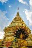 金黄登上Wat Phra那土井素贴 库存图片