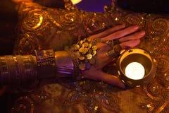 金黄东方首饰和辅助部件:有印度的女性手 免版税库存图片