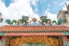 金黄中国龙,中国寺庙在泰国 免版税库存图片